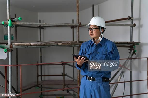 エンジニアまたは検査担当者にビルビュー建設現場デジタルタブレット付き