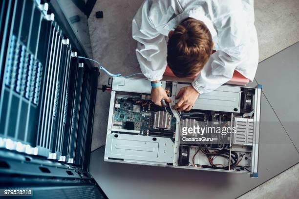het engineer onderhoud deel van een supercomputer - herstel stockfoto's en -beelden