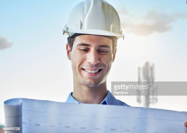 plan de estudios de ingeniero frente mástil de estación base de teléfono celular - ingeniero civil fotografías e imágenes de stock