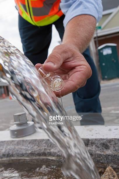 エンジニア飲み水のサンプルから通りのハイドラント