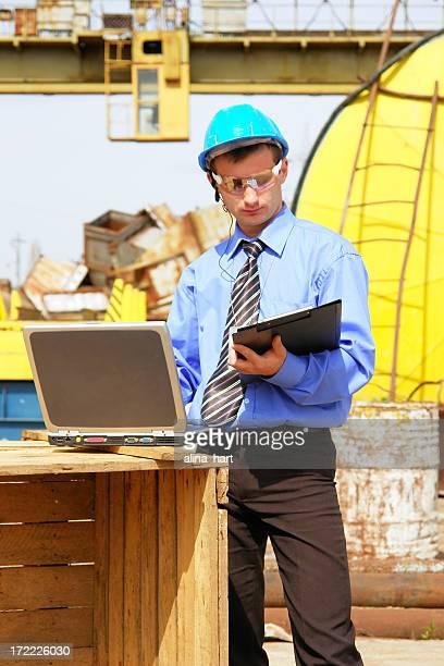 Ingénieur en prenant des notes