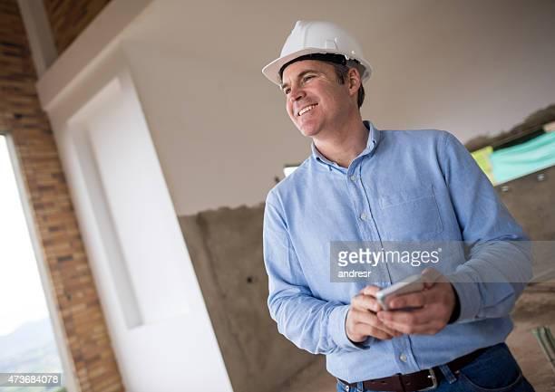 Ingenieur SMS auf einer Baustelle