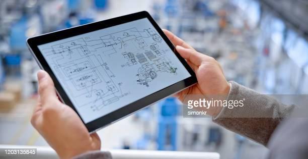 工場でデジタルタブレットを使用したエンジニア - 人体部位 ストックフォトと画像