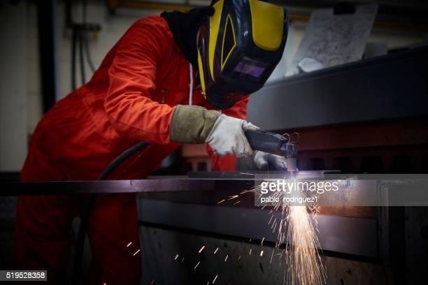 Ingeniero con cortador de plasma en la fabricación de acero de fábrica