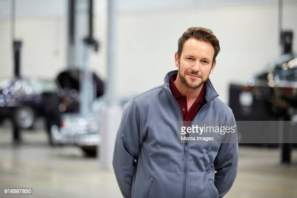 Engenheiro com as mãos nas costas, na indústria automóvel