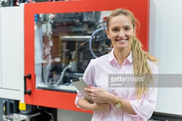 Ingeniero de planta de producción de metal y la mujer