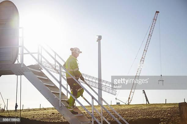 engineer working at wind farm - con eficaz consumo de energía fotografías e imágenes de stock