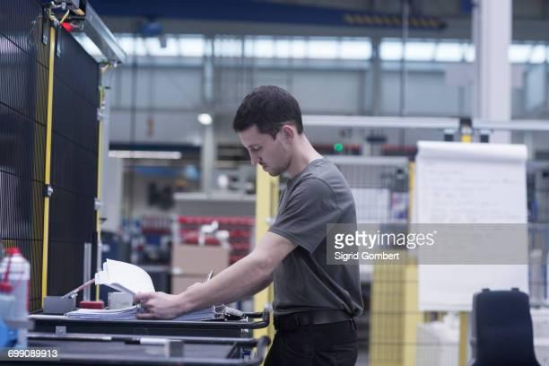 engineer working in engineering plant - sigrid gombert 個照片及圖片檔