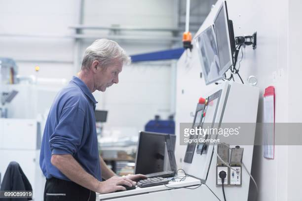 engineer working in engineering plant - sigrid gombert stock-fotos und bilder