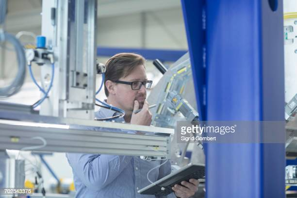 engineer working in industrial plant - sigrid gombert - fotografias e filmes do acervo