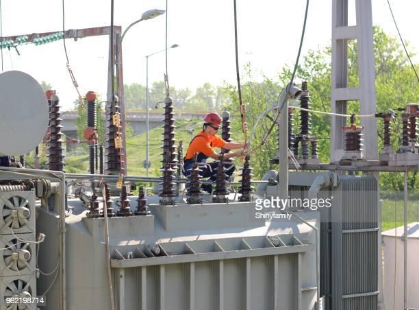 ingenieur auf hochspannung transformator im umspannwerk. - sicherheitsausrüstung stock-fotos und bilder