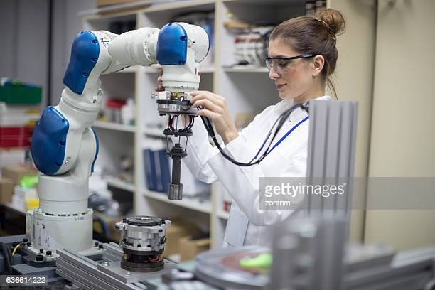 engineer working with robotic arm - robô - fotografias e filmes do acervo