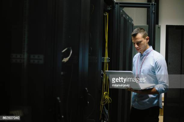 IT-Techniker arbeitet im Serverraum