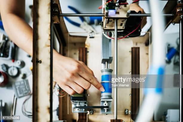 engineering student setting up 3d printer - maschinenteil ausrüstung und geräte stock-fotos und bilder