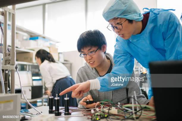 手術機械を設計する医学生を扱う工学の学生