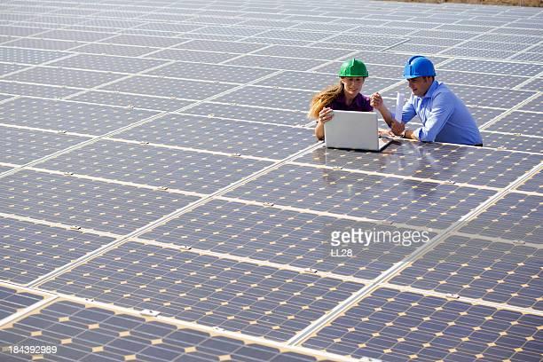 Ingenieure in einem solar farm