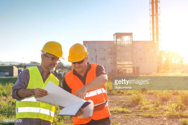 engineers at industrial facility - protective eyewear stock pictures, royalty-free photos & images