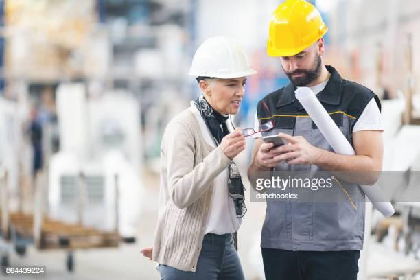 Ingenieurs aan het werk in de fabriek