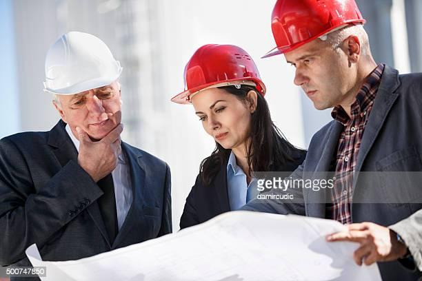 Ingenieure diskutieren, in industriellen Center