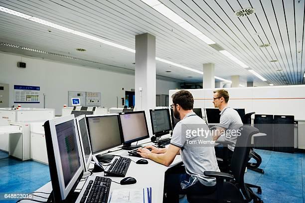 engineers in a modern and clean control room - kontrollraum stock-fotos und bilder