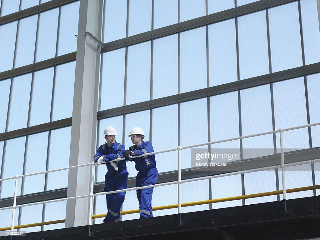 Engineers in Charging Hall : Stockfoto