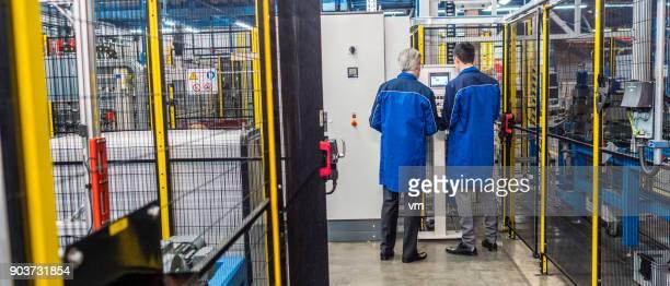 ingenieros inspeccionar el panel de control - valla límite fotografías e imágenes de stock