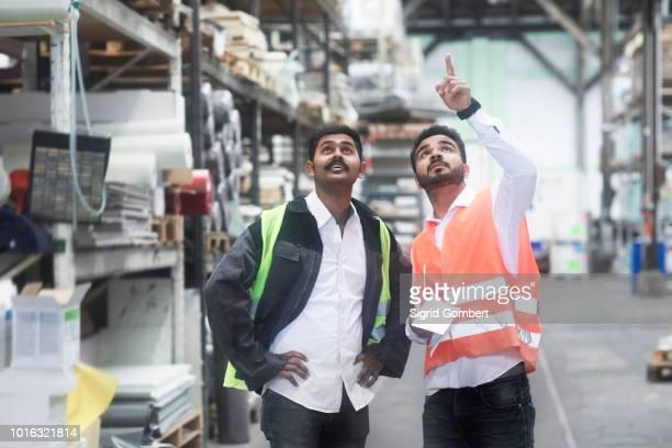 engineers working in warehouse - sigrid gombert 個照片及圖片檔