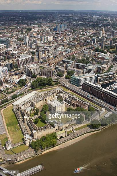 uk, england, aerial view of tower of london - fluss themse stock-fotos und bilder