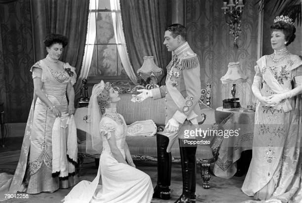 England British actor Laurence Olivier in his role with LR Daphne Newton Vivien Leigh as chorus girl Elaine Dagenham and Martita Hunt as the Grand...