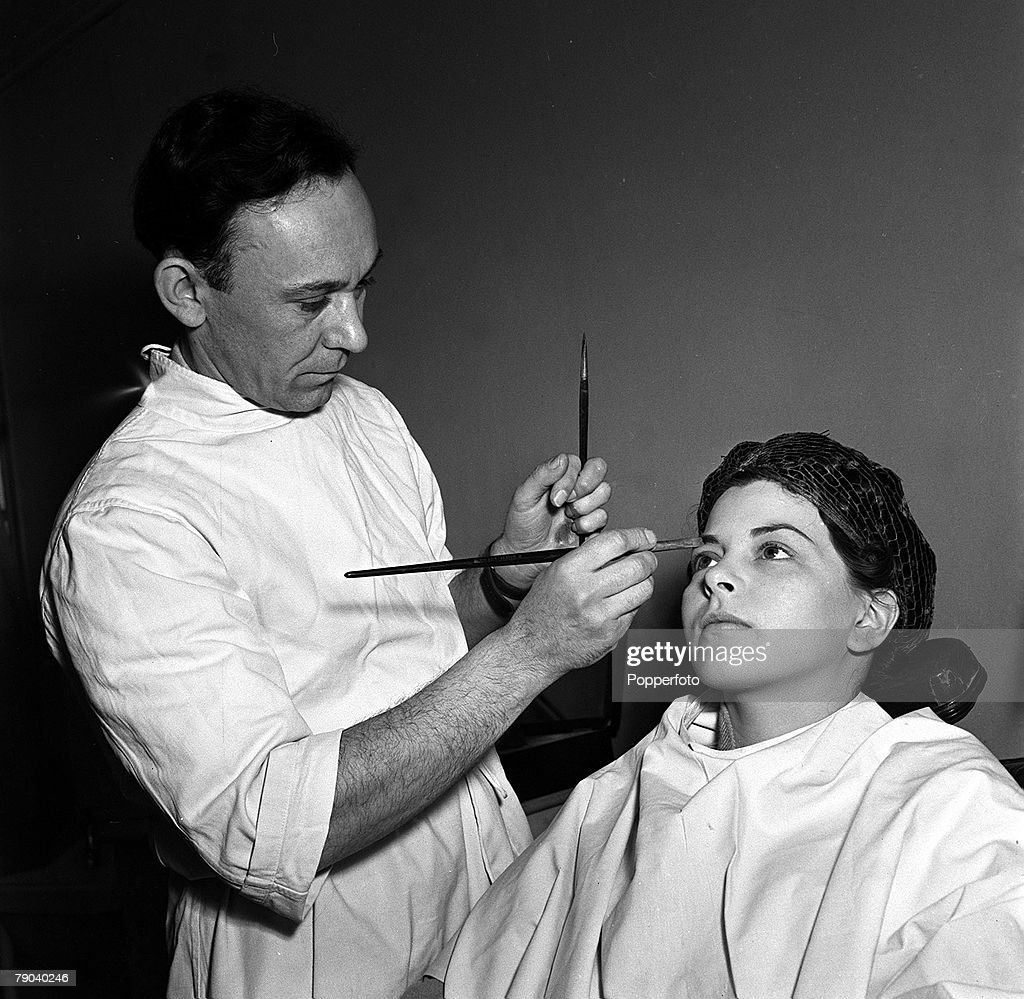 """England. 1951. British actress and ex waitress Joan Rice is pictured being dressed and made-up on the set of the film """"Robin Hood"""". : Fotografía de noticias"""