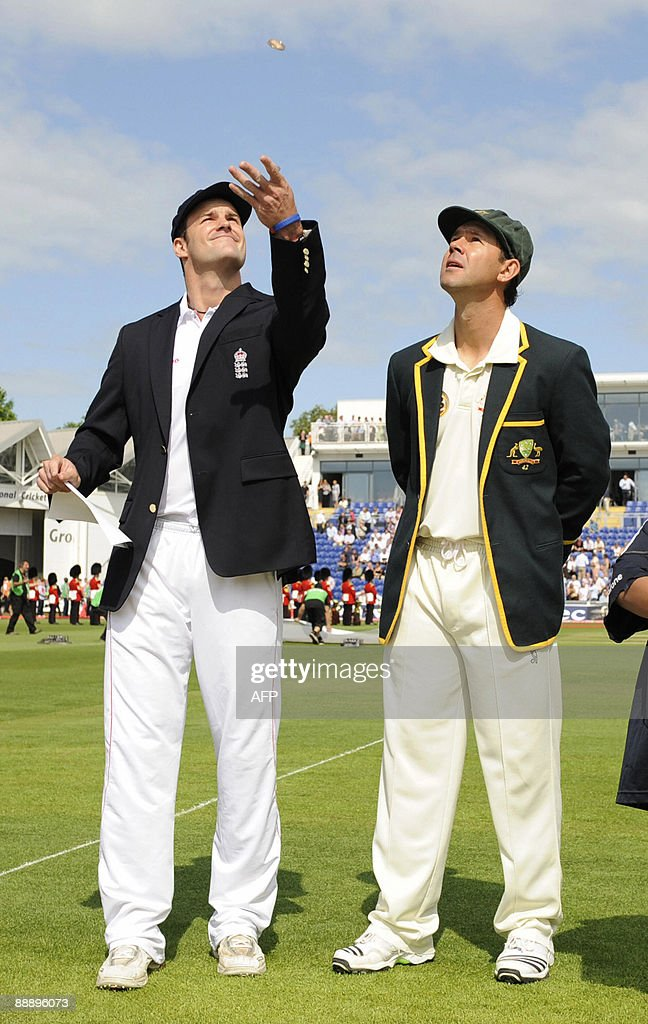 England captain Andrew Strauss (L) tosse : News Photo