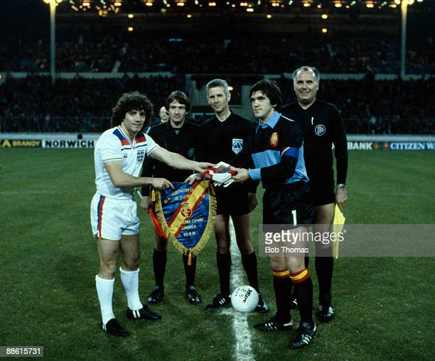 England captain Kevin Keegan meets Spain's Luis Arconada watched by the match officials prior to the International friendly at Wembley Stadium 25th...