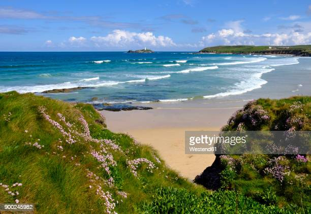 uk, england, cornwall, gwithian, beach and godrevy lighthouse in background - グイチアン ストックフォトと画像