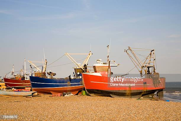 england, east sussex, hastings, fishing boats on sandy beach - diane hastings stock pictures, royalty-free photos & images