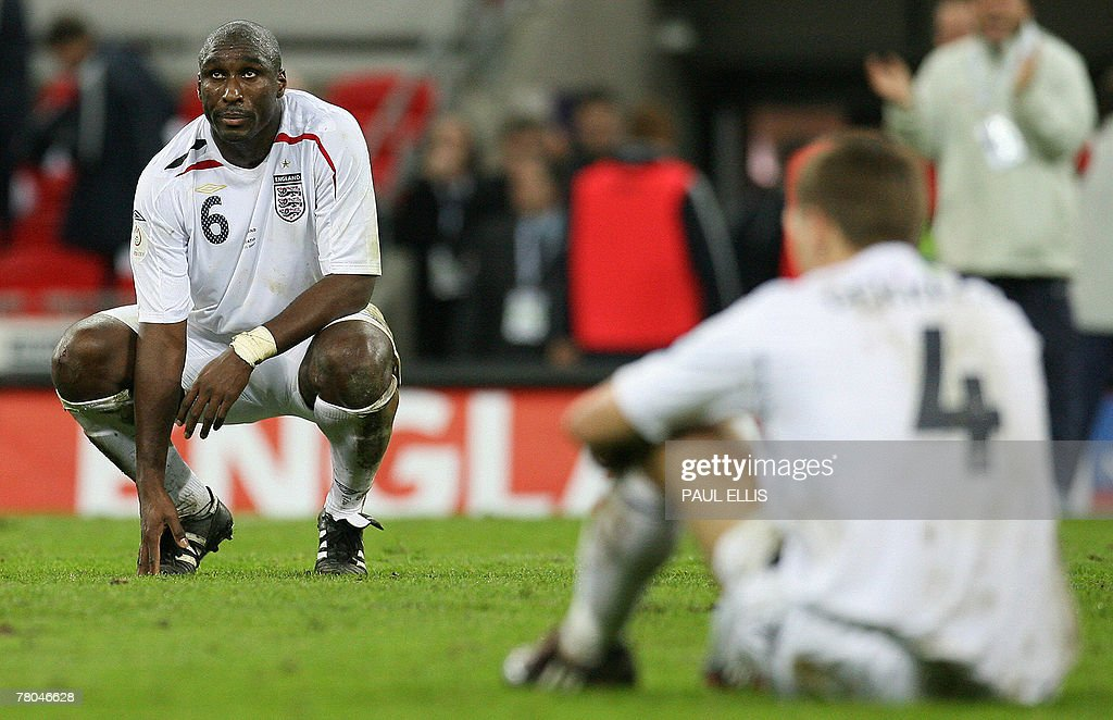 England footballers Sol Campbell (L) and : Nachrichtenfoto