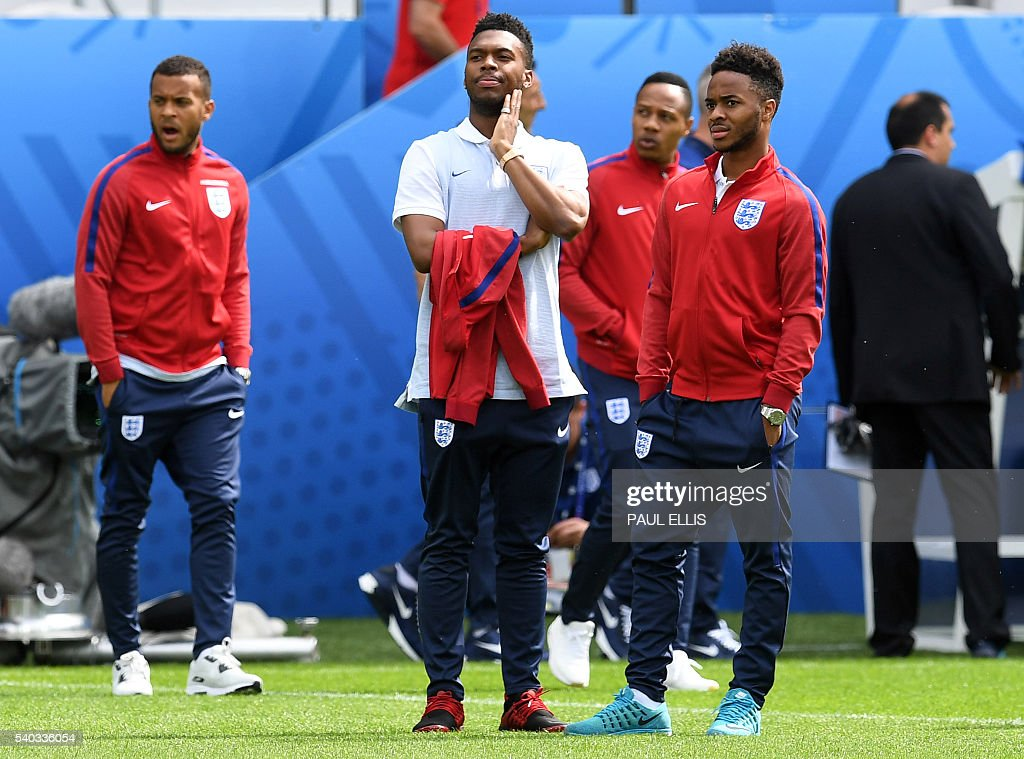 England forward Daniel Sturridge (C-L) and England midfielder Raheem Sterling (C-R) stand on the pitch in Lens, France on June 15, 2016 during a pitch walkabout of the Euro 2016 football tournament. England prepares to face Wales on June 16, 2016. / AFP / PAUL