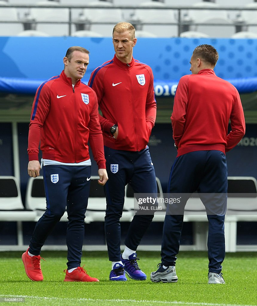 England forward Wayne Rooney, England goalkeeper Joe Hart (C) and forward Jamie Vardy stand on the pitch at the Bollaert-Delelis stadium in Lens on June 15, 2016 the day before England take on Wales in the Euro 2016 football tournament. / AFP / PAUL