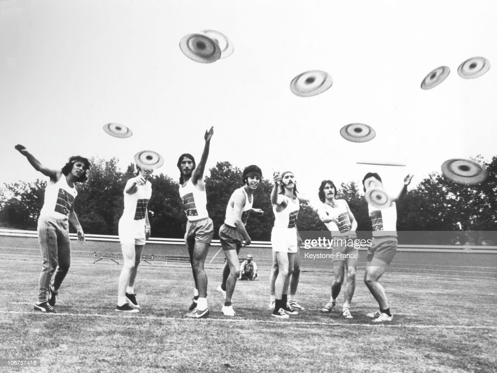 England, Frisbee Trend In 1966 : News Photo