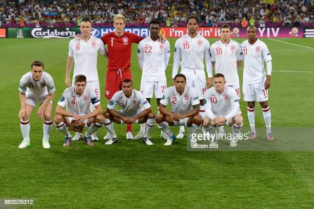 FUSSBALL EUROPAMEISTERSCHAFT England Italien Das Aufstellen zum Mannschaftsfoto klappt noch nicht so gut trotzdem haben die Englaender es versucht...