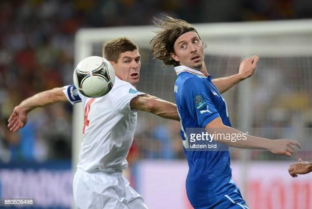 FUSSBALL EUROPAMEISTERSCHAFT England Italien Steven Gerrard gegen Riccardo Montolivo