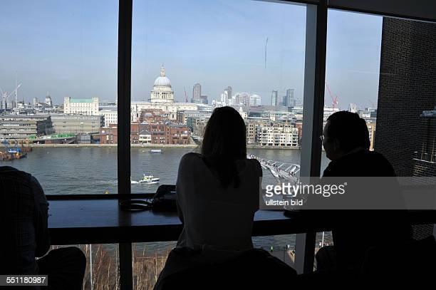England London Blick auf Wolkenkratzer des Finanzbezirks der City of London von der Tate Gallery of Modern Art aus gesehen Besucher der Tate Modern...
