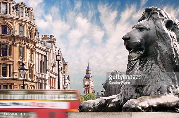 england, london, bus passing trafalgar square (blurred motion) - トラファルガー広場 ストックフォトと画像