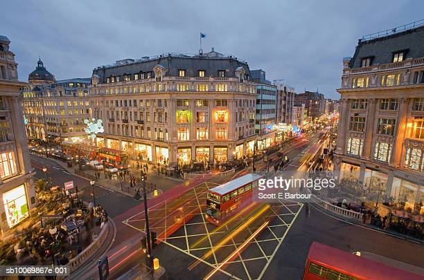 england, london, buses and shoppers on the intersection of oxford street and regent street - rua oxford - fotografias e filmes do acervo