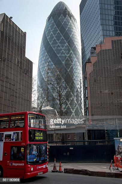 England London City of London Blick auf Wolkenkratzer im Finanzbezirk der City of London 30 St Mary Axe The Gherkin oder SwissReTower genannt...