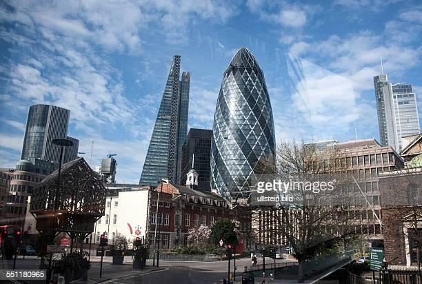 England London City of London Blick auf Wolkenkratzer im Finanzbezirk der City of London 2v links das LeadenhallGebäude der neue von Rogers Stirk...