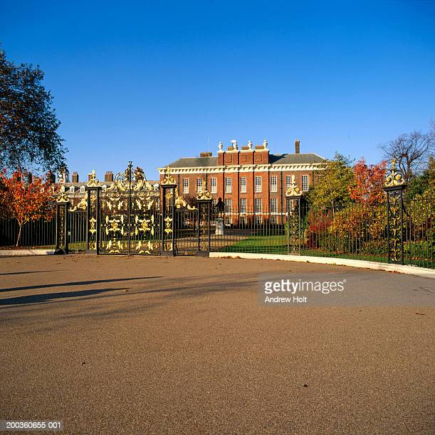 england, london, entrance gates to kensington palace - kensington palace stock pictures, royalty-free photos & images
