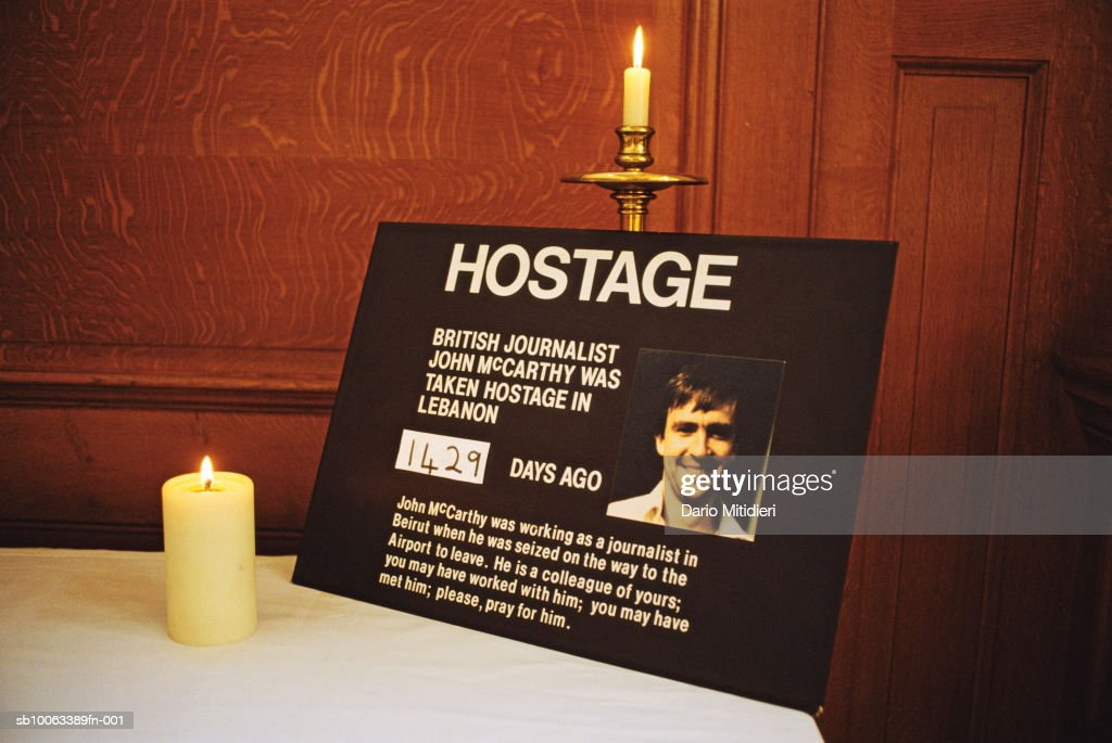 England, London, Fleet Street, St Bride's church, candle burning in memory of hostage journalist John McCarthy : Fotografia de notícias