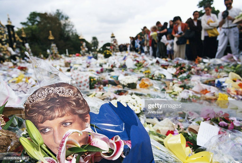 UK, England, London, pile of flowers and people mourning death of Princess Diana : Nyhetsfoto