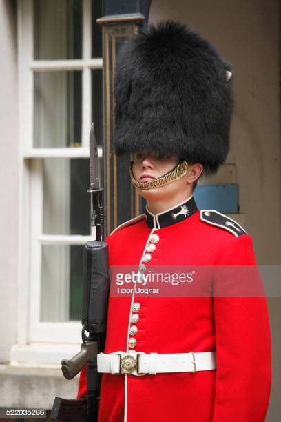 england, london, st james's palace, guard - st. james's palace london stock pictures, royalty-free photos & images