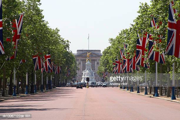 england, london, the mall with union jack flags towards buckhingham palace - the mall westminster fotografías e imágenes de stock